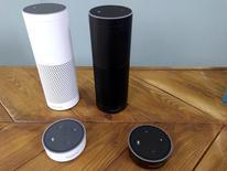 Amazon a lancé mercredi son assistant vocal Echo en Grande-Bretagne et en Allemagne, espérant avec cet appareil, de la forme d'un haut-parleur cylindrique, y rencontrer le même succès qu'aux Etats-Unis où il s'est vendu à des millions d'exemplaires depuis ses débuts en 2014. /Photo prise le 14 septembre 2016/REUTERS/Peter Hobson
