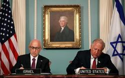 Высокопоставленный чиновник Госдепартамента США Том Шеннон (справа) и советник по национальной безопасности Израиля Якоб Нагель (слева)  подписывают соглашение о сотрудничестве стран в сфере безопасности. Вашингтон, 14 сентября 2016 года. США окажут Израилю военную помощь на $38 миллиардов в ближайшее десятилетие, что станет крупнейшим проектом такого рода в американской истории. REUTERS/Gary Cameron