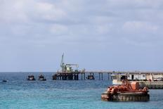 Трубопровод в порту Зувейтина к западу от Бенгази 7 апреля 2014 года. Ливийская Национальная нефтяная корпорация (NOC) отменяет режим форс-мажора в трех портах, несколько дней назад захваченных силами, лояльными генералу Халифе Хафтару, обещая начать экспорт из двух незамедлительно. REUTERS/Esam Omran Al-Fetori/File Photo