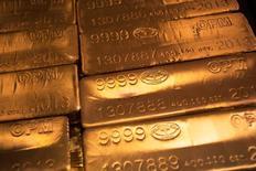 24-каратные золотые слитки в Нью-Йорке. Цена на золото стабилизировалась чуть выше двухнедельного минимума в пятницу после того, как слабые данные из США еще сильнее приглушили и без того низкие ожидания увеличения ставки ФРС на следующей неделе, хотя из-за укрепившегося доллара и неопределенности в отношении денежно-кредитной политики драгметалл завершает в минусе первую неделю из последних трех. REUTERS/Shannon Stapleton/File Photo