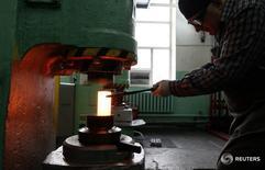 Рабочий формирует никелевый слиток на заводе Красцветмет в Красноярске 27 февраля 2014 года. Цены производителей РФ в августе 2016 года выросли на 3,1 процента к аналогичному периоду предыдущего года и снизились на 1,4 процента к предыдущему месяцу; с начала 2016 года рост цен составил 5,1 процента, сообщил Росстат в среду. REUTERS/Ilya Naymushin