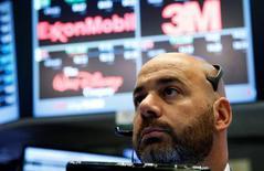 Трейдер на Уолл-стрит. Уолл-стрит снизилась в пятницу, так как падение цен на нефть оказало давление на энергетические акции, а финансовые оказались под ударом из-за крупного штрафа США к Deutsche Bank.  REUTERS/Brendan McDermid