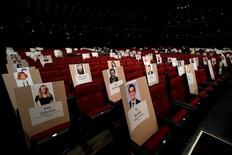 """Seis meses después del """"#Oscarssowhite"""" (Oscar tan blancos) que golpeó a los galardones del cine más importantes del mundo, los Emmy televisivos muestran una historia diferente y mucho más colorida. En la imagen, los preparativos para la ceremonia de los Emmy en Los Ángeles, EEUU, el 14 de septiembre de 2016. REUTERS/Mario Anzuoni"""