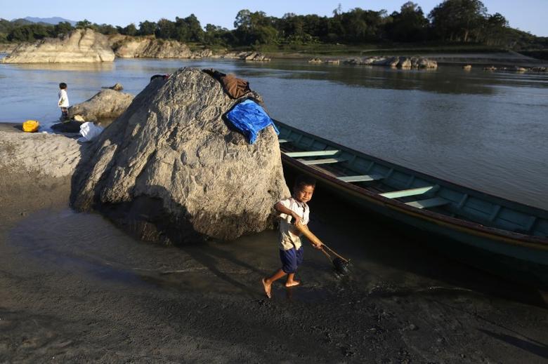 Boys play on the river bank of Myitsone, outside Myitkyina, the capital city of Kachin state, in northern Myanmar December 18, 2014.  REUTERS/Soe Zeya Tun