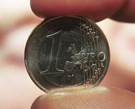 Selon un rapport inspiré par Jacques Delors, architecte de la monnaie unique, l'euro ne survivra probablement pas à une nouvelle crise majeure. Ses auteurs appellent les dirigeants politiques à adapter dès maintenant l'union monétaire européenne afin d'éviter son explosion. /Photo d'archives/REUTERS