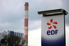 EDF, à suivre mardi à la Bourse de Paris, prévoit d'investir massivement dans les énergies renouvelables en Inde et dispose d'un portefeuille de projets de deux milliards de dollars dans ce secteur. /Photo prise le 21 avril 2016/REUTERS/Stéphane Mahé
