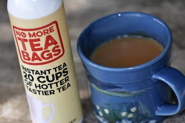9月16日、紅茶を楽しむことで知られる英国で、スプレー缶からカップに紅茶を注ぐ新タイプの製品「ノー・モア・ティーバッグ」が発売された(2016年 ロイター/Matthew Stock)