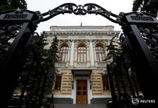 Здание Банка России в Москве 17 мая 2016 года. Банк России оценил годовые темпы трендовой инфляции в августе 2016 года в 8,5 процента по сравнению с 8,7 процента в предыдущем месяце. REUTERS/Sergei Karpukhin