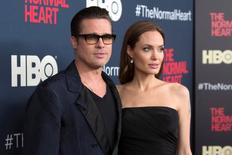 """Los actores Brad Pitt y Angelina Jolie asisten al estreno de """"The Normal Heart"""" en Nueva York. 12 de mayo de 2014. La actriz Angelina Jolie presentó un pedido de divorcio de Brad Pitt, dijo el abogado de la artista el martes en un comunicado. REUTERS/Andrew Kelly/File Photo"""