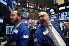 Трейдеры на Уолл-стрит. Фондовые индексы США завершили торги вторника вблизи показателей прошлой сессии, поскольку рост сектора здравоохранения был противопоставлен снижению энергетических акций.  REUTERS/Brendan McDermid