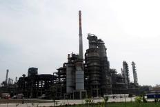 НПЗ Chambroad Petrochemicals в уезде Босин, Китай. Цены на нефть выросли в среду за счёт данных о снижении запасов в США и хороших показателей японского импорта.  REUTERS/Meng Meng/File Photo