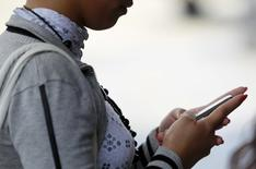La Commission européenne (CE) a annoncé mercredi qu'elle proposerait de supprimer les plafonds d'itinérance à la suite des critiques que son projet d'origine avait suscitées, à savoir limiter le temps pendant lequel le consommateur pouvait utiliser son téléphone à l'étranger. /Photo d'archives//REUTERS/Jorge Silva