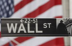 Wall Street a ouvert en hausse mercredi, les investisseurs pariant sur un statu quo de la Réserve fédérale au terme de sa réunion de politique monétaire de deux jours. Quelques minutes après l'ouverture, le Dow Jones gagnait 0,50% tandis que l'indice S&P-500 avançait de 0,43% et que le Nasdaq Composite progressait de 0,40%. /Photo d'archives/REUTERS/Chip East
