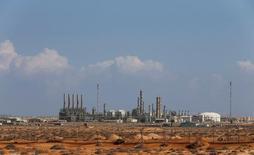 Imagen de archivo de la zona industrial en el puerto petrolero de Ras Lanuf, Libia, mar 11, 2014. Un buque cisterna petrolero salió del puerto libio de Ras Lanuf con rumbo a Italia el miércoles por la mañana con el primer cargamento de crudo de exportación desde esa terminal desde al menos fines de 2014, lo que aumentó la esperanza de reactivar a la golpeada industria libia del crudo.  REUTERS/Esam Omran Al-Fetori/File Photo
