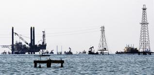 Le président de l'Union française des industries pétrolières (UFIP), Francis Duseux, a estimé mercredi que la baisse des investissements pétroliers pourrait provoquer un nouveau choc pétrolier à l'horizon 2020 en raison d'une offre insuffisante face à une demande en hausse. /Photo d'archives//REUTERS/Isaac Urrutia