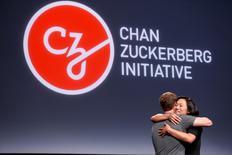 """Pricilla Chan abraza a su marido Mark Zuckerberg durante el anuncio de la iniciativa Chan Zuckerberg para""""curar, prevenir o controlar todas las enfermedades"""" para finales del siglo, en Mission Bay en Estados Unidos. 21 de diciembre de 2016.  REUTERS/Beck Diefenbach"""