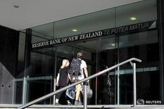 Люди входят в здание Резервного банка Новой Зеландии в Веллингтоне 22 марта 2016 года. Центробанк Новой Зеландии оставил ключевую ставку на уровне 2,0 процента в четверг, продолжив выделяться на фоне господствующей в мире политики сверхнизких или отрицательных ставок, однако сильная нацвалюта и слабая инфляция вскоре могут заставить регулятора прибегнуть к понижению. REUTERS/Rebecca Howard/File Photo