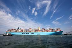 Судно Maersk Mc-Kinney Moller входит в гавань Роттердама 16 августа 2013 года. Датская A.P. Moller-Maersk, пострадавшая из-за низкой стоимости грузоперевозок и нефти, разделится на транспортное и энергетическое подразделение в рамках реорганизации, сообщила компания в четверг. REUTERS/Michael Kooren