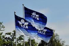 Banderas de la Asociación Internacional de Transporte Aéreo en una cumbre en Dublín, jun 1, 2016. Aerolíneas internacionales pidieron inmunidad antimonopolio a Estados Unidos para poder discutir rutas a Venezuela, que está bloqueando ingresos obtenidos por pasajes, dijo el jueves la Asociación Internacional de Transporte Aéreo (IATA).  REUTERS/Clodagh Kilcoyne