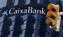 El logo de CaixaBank en la sede del grupo en Barcelona, el 18 de abril de 2016. El Grupo Financiero Inbursa, del magnate mexicano Carlos Slim, compró acciones por unos 100 millones de euros (112 millones de dólares) en una colocación del banco español Caixabank, que busca reforzar su capital antes de una adquisición de títulos del prestamista portugués BPI, según una fuente cercana a la operación. REUTERS/Albert Gea