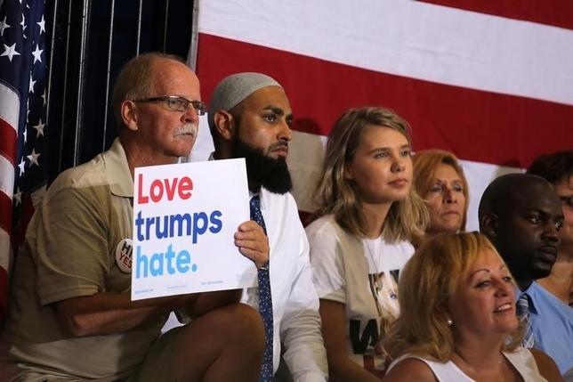 9月23日、ロイター/イプソスが公表した米大統領選の世論調査によると、民主党候補ヒラリー・クリントン前国務長官の支持率は41%となり、共和党候補ドナルド・トランプ氏の37%を4%ポイントリードした。写真はクリントン氏の演説を聞く有権者ら。オーランドで21日撮影(2016年 ロイター/Carlos Barria)