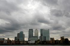 Las perspectivas de futuro para el sector de servicios financieros en Reino Unido están en su punto más bajo desde la crisis global de 2008-2009, según un sondeo a empresas publicado el lunes. En la imagen, se ven nubes de tormenta sobre el distrito financiero de Canary Wharf en Londres, Reino Unido, el 3 de agosto de 2010.  REUTERS/Greg Bos/File Photo