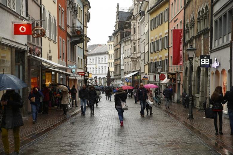 People walk on a shopping street in the southern German town of Konstanz January 17, 2015. REUTERS/Arnd Wiegmann