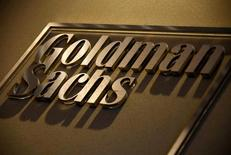 Логотип Goldman Sachs в офисе банка в Сиднее 18 мая 2016 года. Goldman Sachs сократит почти 30 процентов из 300 сотрудников инвестбанкинга в Азии за пределами Японии в ответ на замедление активности в регионе, сообщили Рейтер два источника, знакомые с ситуацией. REUTERS/David Gray/File Photo