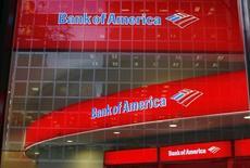 Una sucursal de Bank of América en Nueva York, Estados Unidos. 8 de octubre de 2008. Bank of America está muy cerca de reducir alrededor de dos docenas de puestos de trabajo en la banca de inversión en Asia, incluyendo algunos operadores de alto rango, dijeron fuentes a Reuters, en momentos en que los bancos occidentales buscan reducir costos ante una desaceleración en la región. REUTERS/Lucas Jackson/File Photo