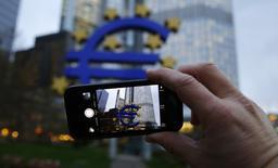 La zone euro risque de tomber dans une trappe de taux d'intérêt et de croissance faibles si les gouvernements continuent de se reposer sur la Banque centrale européenne plutôt que de prendre leur part à la relance de l'activité, déclare lundi Benoît Coeuré, qui siège au directoire de la BCE. /Photo d'archives/REUTERS/Kai Pfaffenbach