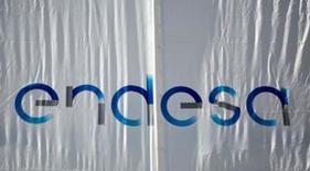 La Comisión Nacional de los Mercados y la Competencia (CNMC) dijo el martes que propone una penalización conjunta de 52,5 millones de euros a las distribuidoras eléctricas Endesa, Iberdrola y Unión Fenosa por la gestión que realizaron de las pérdidas de energía en sus redes. En la foto, el logo de Endesa en la sede central en Madrid el 26 de abril de 2016. REUTERS/Andrea Comas