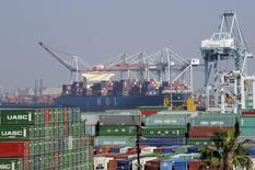 Un carguero llegando al Puerto de Los Ángeles, en California, Estados Unidos. 18 de febrero de 2015. La Organización Mundial de Comercio (OMC) recortó el martes su pronóstico para el crecimiento del comercio mundial durante este año en más de un tercio, reflejando una desaceleración en China y la caída de los niveles de importaciones a Estados Unidos. REUTERS/Bob Riha, Jr.