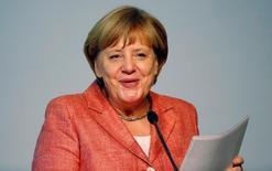 La canciller alemana Angela Merkel expresó el martes confianza en que los problemas de Deutsche Bank puedan resolverse después de que el banco dejase claro que no necesita ayudas públicas con una exigencia de 14.000 millones de dólares para zanjar demandas sobre activos respaldados por hipotecas. En la imagen, Merkel pronuncia un discurso en Berlín, el 26 de septiembre de 2016. REUTERS/Hannibal Hanschke