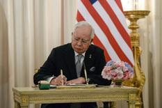 Malaysian Prime Minister Najib Razak signs a welcoming book at Government House in Bangkok on September 9, 2016. REUTERS/Lillian Suwanrumpha/Pool