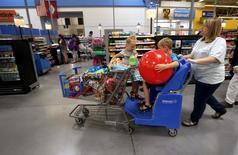 La confiance des consommateurs américains a été bien meilleure que prévu en septembre, atteignant son niveau le plus élevé depuis août 2007. L'indice de confiance du Conference Board a atteint 104,1 en septembre après 101,8 en août, chiffre révisé à la hausse après avoir été initialement annoncé à 101,1. /Photo d'archives/REUTERS/Rick Wilking