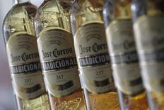 Botellas de tequila José Cuervo en una tienda en Ciudad de México. 11 de diciembre de 2012. José Cuervo, la mayor productora de tequila en el mundo y controlada por la familia mexicana Beckmann, presentó a la Bolsa Mexicana de Valores una solicitud para lanzar una oferta pública inicial de acciones por un monto no divulgado.  REUTERS/Edgard Garrido
