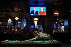 Bar em San Diego com TV ligada em debate entre Hillary e Trump.  26/9/2016.  REUTERS/Sandy Huffaker