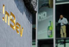 Les actionnaires des deux géants de la bière Anheuser-Busch InBev et SABMiller ont approuvé mercredi le projet le projet de rachat du second par le premier pour environ 79 milliards de livres (92 milliards d'euros), l'une des plus importantes fusions de l'histoire. /Photo d'archives/REUTERS/Jan Van De Vel