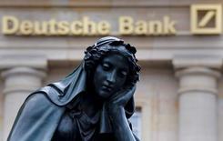 Una estatua junto a un logo del banco alemán Deutsche Bank en Fráncfort, el 26 de enero de 2016. El Gobierno alemán negó el miércoles estar trabajando en un programa para rescatar a Deutsche Bank, luego de que el mayor prestamista del país anunció la venta de su unidad aseguradora en Reino Unido en un intento por mejorar su posición financiera. REUTERS/Kai Pfaffenbach