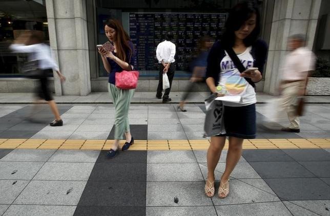 9月29日、前場の東京株式市場で、日経平均株価は前営業日比233円78銭高の1万6699円18銭と大幅反発した。写真は都内で昨年9月撮影(2016年 ロイター/Yuya Shino)