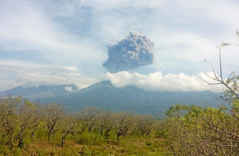 Mount Barujari, located inside Mount Rinjani volcano, is seen erupting from Bayan district, North Lombok, Indonesia in this September 27, 2016 photo taken by Antara Foto. Antara Foto/Santanu Bendesa/via REUTERS