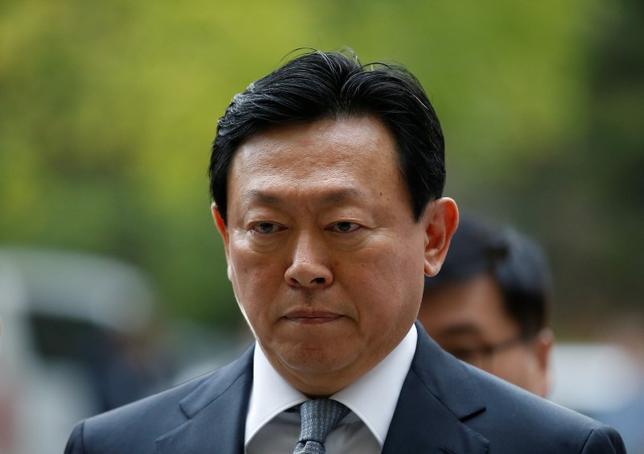 9月29日、聯合ニュースは韓国の検察がロッテグループの重光昭夫(韓国名・辛東彬)会長(61)に対する逮捕状の再請求を検討していると伝えた。写真は昨日、ソウルの裁判所に姿を見せた同会長(2016年 ロイター/Kim Hong-Ji)