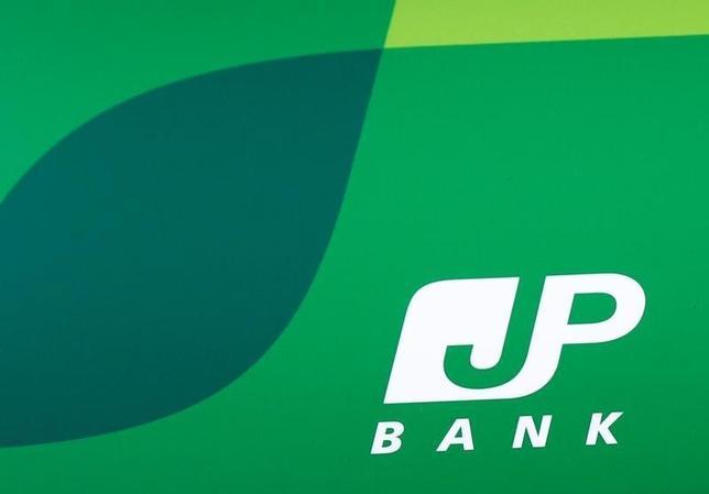 9月29日、郵政民営化委員会の岩田一政新委員長(元日銀副総裁)は、委員会後の会見で、ゆうちょ銀行の預け入れ限度額の再引き上げについて「総務省や金融庁の判断が基本的には重要だ」と述べた。写真は都内ATMで撮影したゆうちょ銀行ロゴ。8月撮影(2016年 ロイター/Kim Kyung-Hoon)