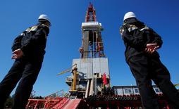 Las bolsas europeas subían en las primeras operaciones del jueves, con los valores energéticos protagonizando un rally después de que los precios del petróleo se dispararan durante la noche al llegar un acuerdo la OPEP para limitar la producción. En la imagen de archivo, empleados de un pozo petrolífero en un campo en Nefteyugansk, Rusia. REUTERS/Sergei Karpukhin/File Photo