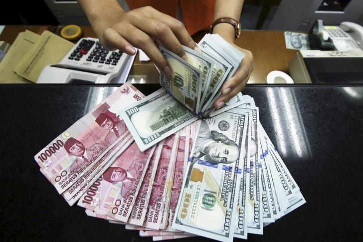 图为2015年8月12日资料图片,显示印尼一处换汇店的美元和印尼卢比。REUTERS/Rivan Awal Lingga/Antara Foto