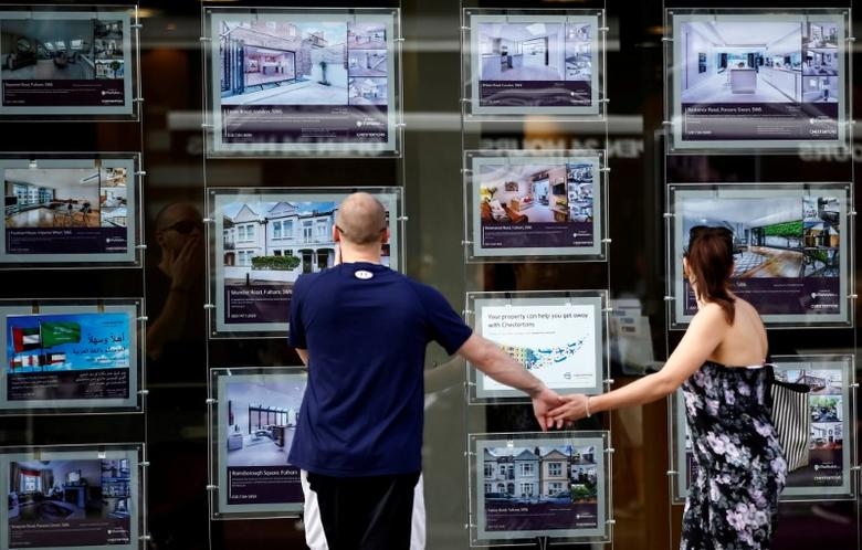 A couple view properties for sale in an estate agents window in London, Britain August 22, 2016.  REUTERS/Peter Nicholls/File Photo
