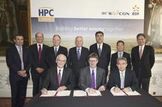 La Grande-Bretagne, la France et la Chine ont signé jeudi le contrat de construction de deux réacteurs nucléaires de type EPR à Hinkley Point, dans le sud-ouest de l'Angleterre, un projet de 18 milliards de livres (environ 21 milliards d'euros) qui a donné lieu à des mois de négociations parfois tendues. Le contrat a été paraphé lors d'une cérémonie à laquelle assistaient le ministre britannique des Entreprises, Greg Clark, le chef de la diplomatie française, Jean-Marc Ayrault, et le directeur de l'Administration nucléaire nationale chinoise, Nur Bekri. /Photo prise le 29 septembre 2016/REUTERS/Philip Toscano/Pool