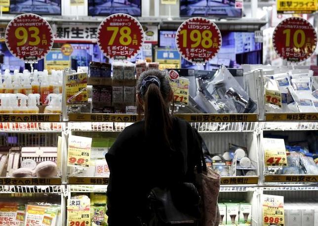 9月30日、総務省が公表した8月の消費者物価指数は、指標となるコアCPI(除く生鮮食品)が前年比で0.5%低下した。写真は都内で2月撮影(2016年 ロイター/Yuya Shino)