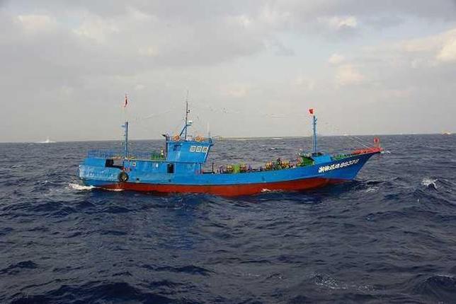 9月30日、韓国の全羅南道新安郡紅島の沖70キロメートルの排他的経済水域で違法操業をしていた中国漁船で火災が発生し、船員3人が死亡した。写真は沖縄県宮古島沖に出没した中国漁船。2013年3月海上保安庁による提供写真(2016年 ロイター)