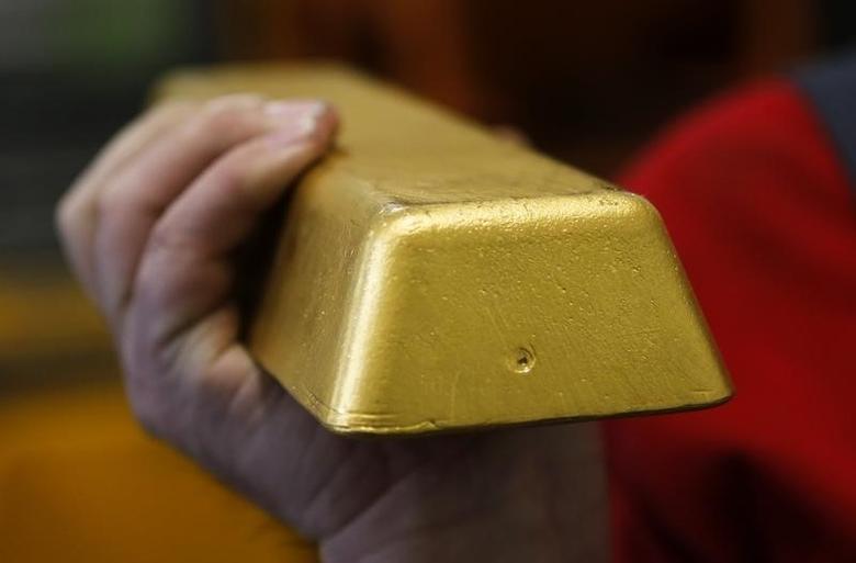 2013年4月23日,维也纳,奥地利铸币公司总部工作人员展示的金条。REUTERS/Leonhard Foeger